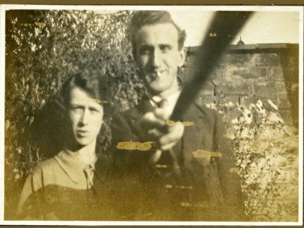 1926లోనే సెల్ఫీ స్టిక్తో ఫోటో